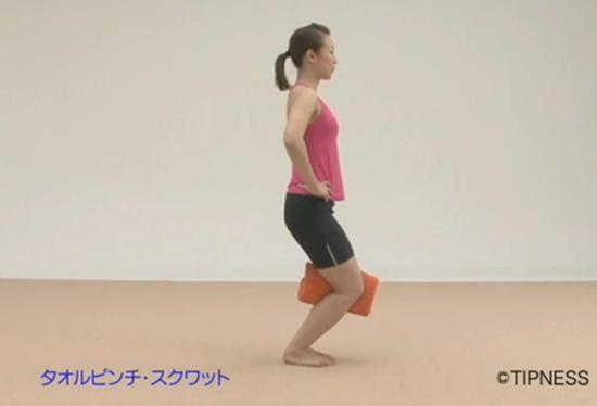 Упражнение с полотенцем для стройных бедер